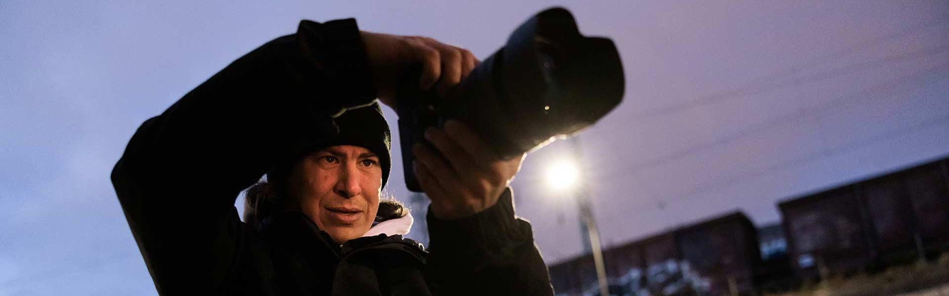 Fotograf bei Dämmerung mit Canon Kamera